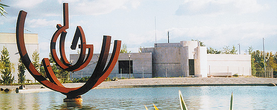 2006. Parque con el edificio del Museo, Feliciano Hernández. Navalcarnero 8,5 x 7 x 6,5m