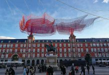 Janet Echelman en la Plaza Mayor de Madrid