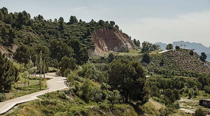 Camino mirador en las antiguas minas de yeso de Igualada