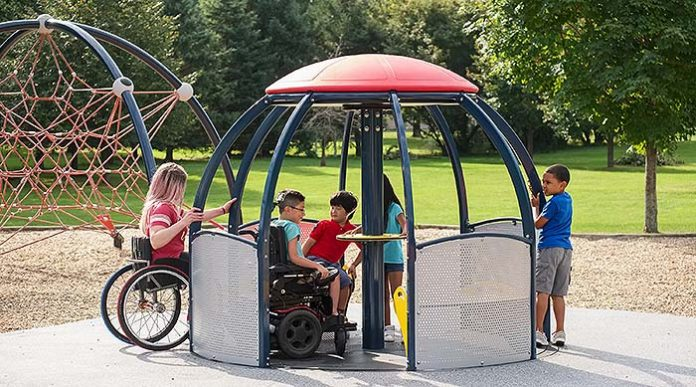 Carrusel de Landscape Structures totalmente inclusivo