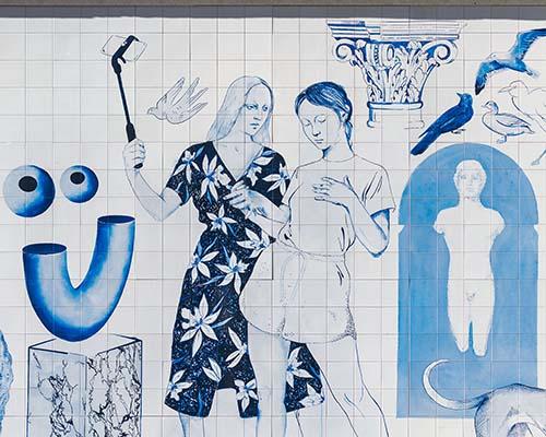 Gran mural de azulejo azul en la Gran Vía de Madrid